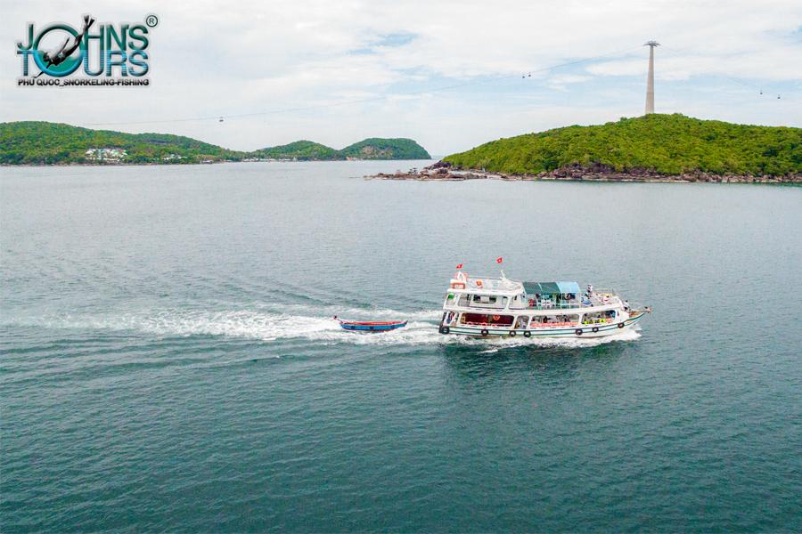 Tàu du lịch của John's Tours Phú Quốc đang di chuyển đến Hòn Mây Rút Trong