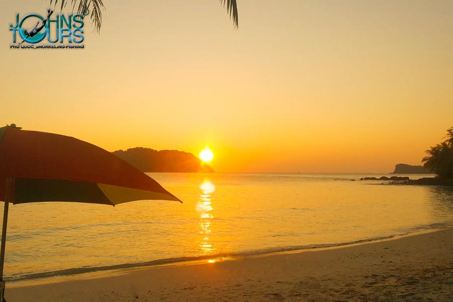 Ngắm hoàng hôn trên đảo hoang là một trải nghiệm mà bạn nên thử một lần khi tới Phú Quốc