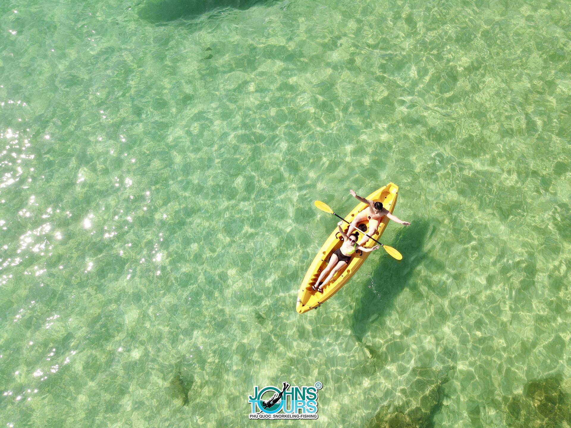 Hoạt động chèo kayak tại Hòn Mây Rút trong