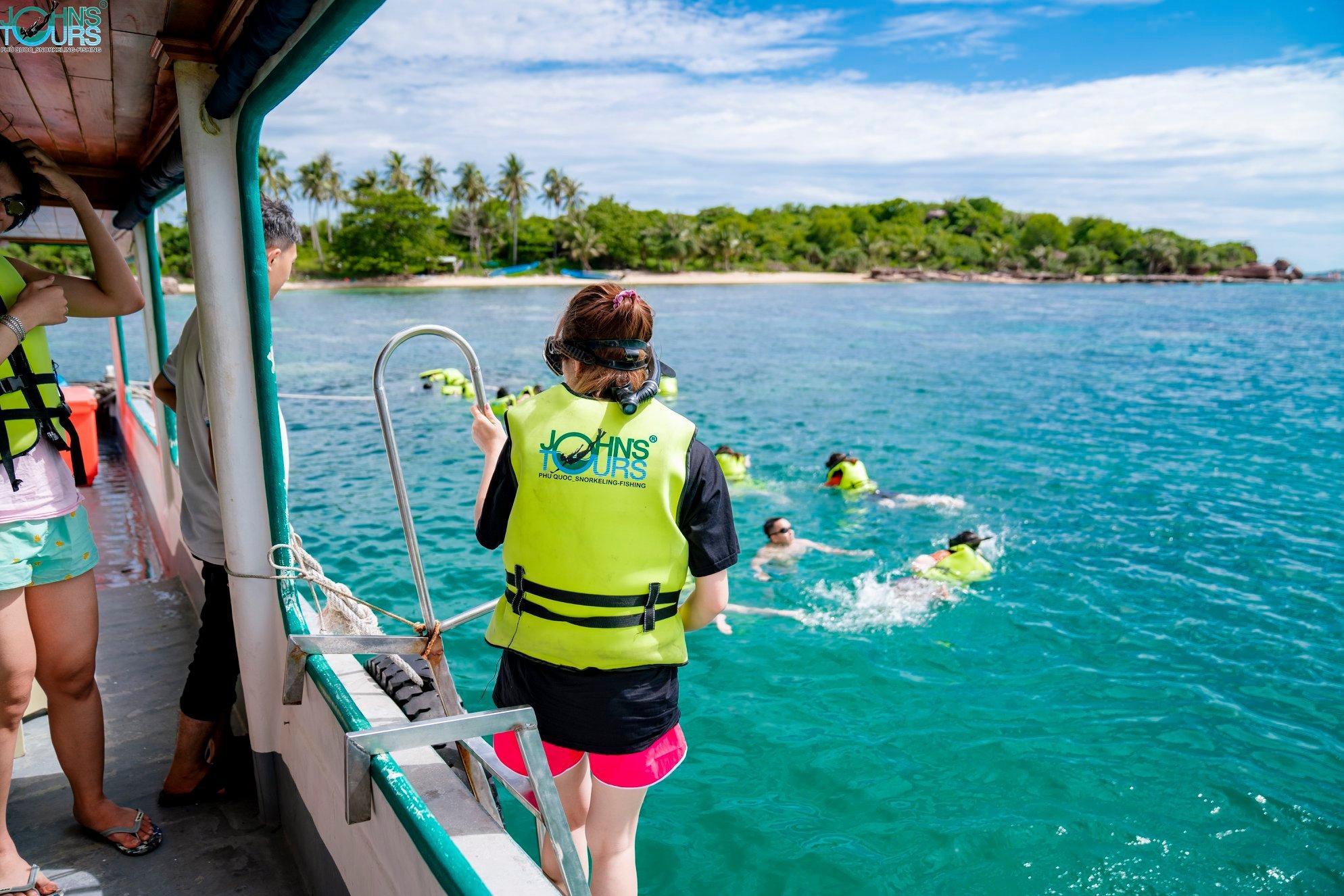Khách tham gia tour lặn ngắm san hô cùng John's Tours Phú Quốc